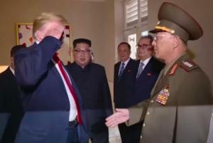 トランプ大統領が北朝鮮軍人に敬礼!